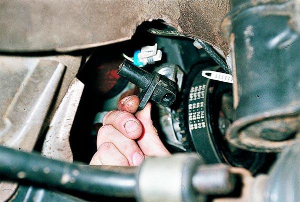 Где находится датчик коленвала ВАЗ 2112 16 клапанов фото и видео