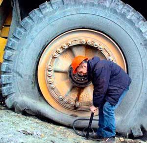 мужчина качает колесо